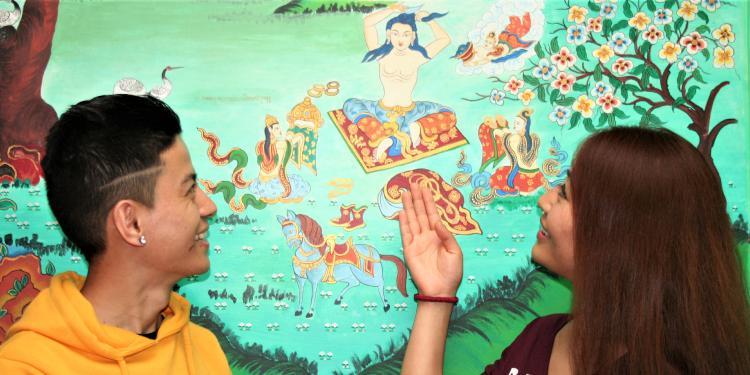Dos dels protagonistes d'aquest reportatge, Tenzing Sangay i Palyang Sherab, comenten unes pintures sobre la vida de Buda a la Casa del Tibet